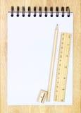 Accesorios y cuaderno de la escuela Imágenes de archivo libres de regalías