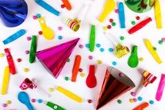 accesorios y decoraciones del partido en el fondo blanco Imagenes de archivo