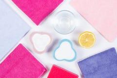 Accesorios y detergentes naturales para limpiar diversos superficies y cuartos en casa, fondo blanco Fotografía de archivo libre de regalías