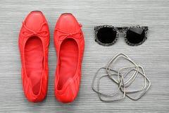 Accesorios y esencial, aún vida de las mujeres de la moda Preparación roja de los zapatos, elegante y casual Fotografía de archivo