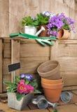 Accesorios y flores del jardín Fotos de archivo