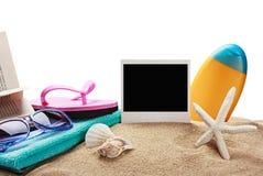 Accesorios y fotos de la playa en memoria aislados Foto de archivo