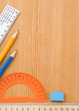 Accesorios y fuentes de la escuela en de madera Imagen de archivo