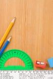 Accesorios y fuentes de la escuela en la madera Fotos de archivo libres de regalías
