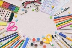 Accesorios y fuentes de la escuela: lápices, marcadores, pintura, plumas, regla en un fondo ligero De nuevo a concepto de la escu Foto de archivo