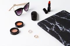 Accesorios y gafas de sol decorativos de los cosméticos sobre el fondo blanco Imagenes de archivo