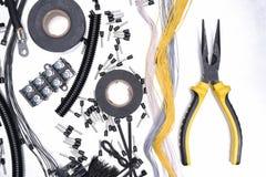 Accesorios y herramienta eléctricos en fondo del metal Imagenes de archivo