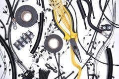 Accesorios y herramienta eléctricos en fondo del metal Foto de archivo