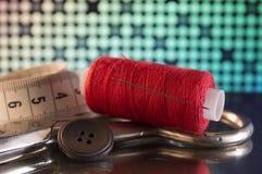 Accesorios y herramientas de costura para adaptar Imágenes de archivo libres de regalías