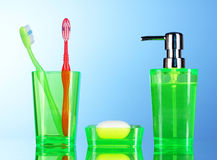Accesorios y jabón del cuarto de baño en azul Foto de archivo libre de regalías