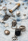 Accesorios y joyería de costura del cráneo Fotos de archivo libres de regalías