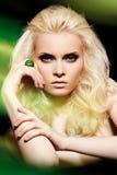 Accesorios y joyería. Modelo con maquillaje de la manera Imagen de archivo libre de regalías