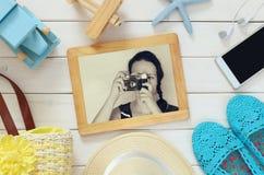 Accesorios y juguetes de las vacaciones al lado de la fotografía de la chica joven Imágenes de archivo libres de regalías