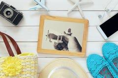 Accesorios y juguetes de las vacaciones al lado de la vieja fotografía Fotografía de archivo libre de regalías