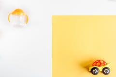 Accesorios y juguetes del bebé en la mofa blanca de la opinión superior del fondo para arriba Fotos de archivo