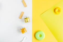 Accesorios y juguetes del bebé en la mofa blanca de la opinión superior del fondo para arriba Imagen de archivo