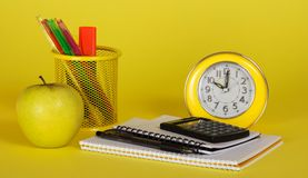 Accesorios y manzana amarillos de la escuela Fotos de archivo libres de regalías