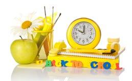 Accesorios y manzana de la escuela Imágenes de archivo libres de regalías