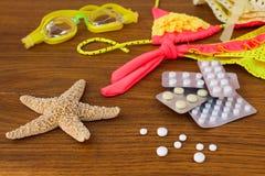 Accesorios y medicina de la playa del verano en la tabla Foto de archivo