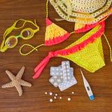 Accesorios y medicina de la playa del verano en la tabla Fotografía de archivo