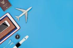 Accesorios y objetos del viaje para el viajero de negocios en azul Fotos de archivo libres de regalías