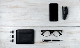 Accesorios y ordenador portátil masculinos modernos en blanco Foto de archivo libre de regalías