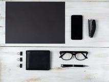 Accesorios y ordenador portátil masculinos modernos en blanco Fotos de archivo libres de regalías