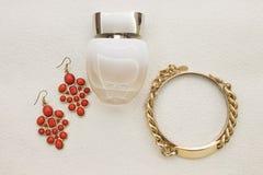 Accesorios y perfume del oro Foto de archivo libre de regalías