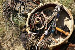 Accesorios y pertenencia tradicionales - ceremonial s del viejo shaman imagen de archivo libre de regalías
