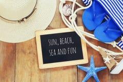 Accesorios y pizarra de la playa con con cita Foto de archivo