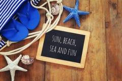 Accesorios y pizarra de la playa con con cita Fotografía de archivo