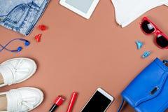 Accesorios y ropa de la mujer en colores rojos y azules en un fondo neutral Fotografía de archivo
