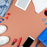 Accesorios y ropa de la mujer en colores rojos y azules en un fondo neutral Foto de archivo libre de regalías