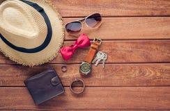 Accesorios y ropa para los hombres en un piso de madera - ƒ del ¹ del styleà de la vida Foto de archivo