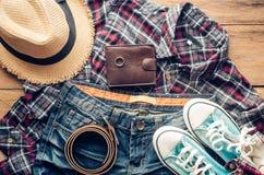 Accesorios y ropa para los hombres en un piso de madera - estilo de vida Foto de archivo libre de regalías