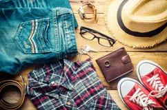Accesorios y ropa para los hombres en un piso de madera - estilo de vida Imagen de archivo libre de regalías