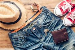 Accesorios y ropa para los hombres en un piso de madera - estilo de vida Imagen de archivo