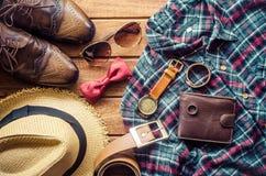 Accesorios y ropa para los hombres en un piso de madera - estilo de vida Fotografía de archivo