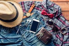 Accesorios y ropa para los hombres en un piso de madera - estilo de vida Imagenes de archivo