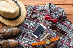Accesorios y ropa para los hombres en un piso de madera - estilo de vida Imágenes de archivo libres de regalías