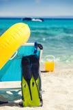 Accesorios y silla de la playa en la playa Fotos de archivo libres de regalías