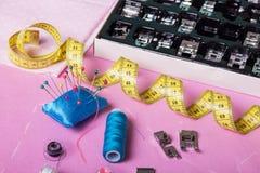 Accesorios y sistema de costura de los pies permutables del presser para la máquina de coser en la tabla Foto de archivo libre de regalías