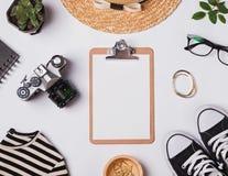 Accesorios y tablero femeninos elegantes con el papel en blanco Imagen de archivo