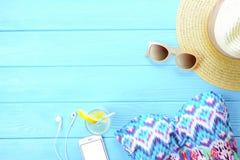 Accesorios y teléfono femeninos de la playa en fondo de madera Vista superior de los accesorios de moda de las vacaciones de vera Imagen de archivo