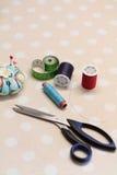 Accesorios y tijeras de costura Fotografía de archivo libre de regalías