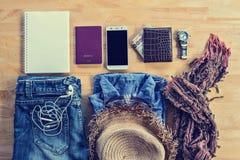 Accesorios y traje del viaje de Flatlay en de madera Fotografía de archivo libre de regalías