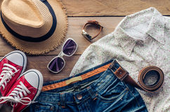 Accesorios y traje del viaje en piso de madera Imágenes de archivo libres de regalías