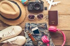 Accesorios y traje del viaje en piso de madera Fotografía de archivo libre de regalías