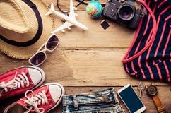 Accesorios y traje del viaje en piso de madera Foto de archivo libre de regalías