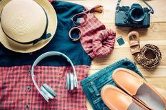 Accesorios y traje del viaje en piso de madera Fotos de archivo libres de regalías